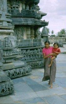 India. Junio 1988. Niñas a la puerta de un templo de Tamil Nadu.