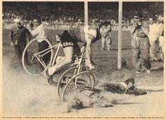 Tour de France 1958. 16^Tappa, 11 luglio. Tolosa > Béziers. All'arrivo nella pista di Sauclieres, Gilbert Bauvin (1927) non riesce ad evitare André Darrigade (1929), scivolato davanti a lui sulla pista, franandogli rovinosamente addosso [But et CLUB]