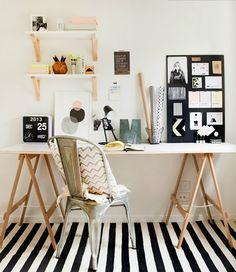 Je pense à mettre des étagères de cette façon au dessus de mon bureau, j'hésite avec des boites aux fonds pastels ! #Workspace #desk