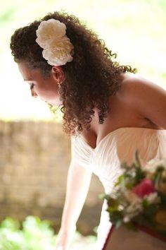 He encontrado este interesante anuncio de Etsy en https://www.etsy.com/es/listing/181917280/bridal-double-gardenia-flower-hair-clip