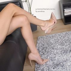 Annshoe: nude pumps, toe cleavage, great legs, and dangling