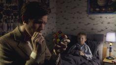 Doctor Who examinando un cubo