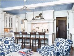 Enlarge your space with sky-blue ceilings. Blue ceilings are often found on porches, but why not give them a try indoors? A blue ceiling in the kitchen will make you feel like you are cooking in the open air, increasing the sense of space. Colored Ceiling, White Ceiling, Ceiling Color, Plank Ceiling, Shiplap Ceiling, Ceiling Fan, Ceiling Lights, Style At Home, Blue Ceilings
