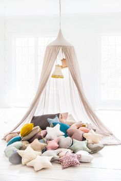 Idées déco : Un ciel de lit pour une chambre bohème et cosy sur @DecoCrush   www.decocrush.fr