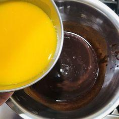 Cum se face prăjitura Felie de ciocolată cu alune de pădure? Ferrero Rocher, Unt, Pudding, Desserts, Food, Tailgate Desserts, Deserts, Custard Pudding, Essen