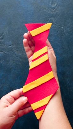 House Ties Create house ties for your guests! You can find Harry potter costumes and more on our website. Baby Harry Potter, Harry Potter Motto Party, Theme Harry Potter, Harry Potter Room, Harry Potter Crafts Diy, Harry Potter Fancy Dress, Harry Potter Halloween Costumes, Harry Potter Weihnachten, Harry Potter Party Decorations