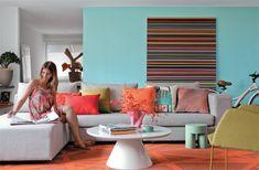 A parede atrás do sofá ganhou um azul fresco (Coral, ref. Bolhas Flutuantes...