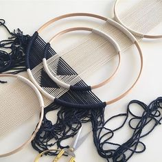 ▪️NAVY▪️ Working on the new kid in town🖤 . – Pinjhouse ▪️NAVY▪️ Working on the new kid in town🖤 . ▪️NAVY▪️ Working on the new kid in town🖤 . Macrame Design, Macrame Art, Macrame Projects, Macrame Knots, Macrame Rings, Macrame Supplies, Yarn Wall Art, Diy Wall Art, Diy Art