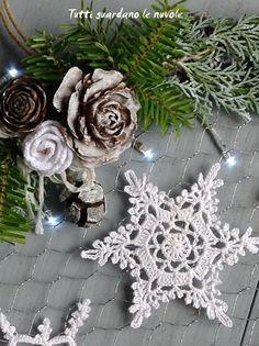 Coroncina fuoriporta natalizia con cristalli di neve a crochet, cestini decorativi a crochet inamidato Crochet Snowflake Pattern, Crochet Stars, Crochet Snowflakes, Doily Patterns, Easy Crochet Patterns, Crochet Motif, Crochet Doilies, Crochet Christmas Decorations, Crochet Decoration