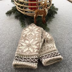 Knitted Mittens Pattern, Knit Mittens, Knitting Socks, Knitting Patterns, Yarn Crafts, Knit Crochet, Winter Hats, Crafty, Quilts