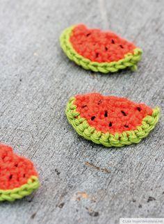 Mitten im Sommer häkeln? Klar! Ich habe ein paar Mini-Wassermelonen gemacht, die sich hervorragend als Serviettendeko, Brosche, Geschenkanhänger oder Applikation eignen. So wird's gemacht Halbkreis häkeln 1. Reihe: Häkelt 14 Luftmaschen (LM) und eine zusätzliche LM zum Wenden 2. Reihe: … weiterlesen