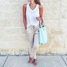 Pin for Later: 42 Façons de Rendre Votre T-shirt Blanc Moins Ennuyant Avec un Pantalon en Lin et des Sandales