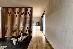 El muro permite dar privacidad sin desconectarse del resto de la habitación…