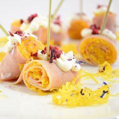 Rollitos de jamón dulce con huevo hilado, Frambuesa Smooth y pétalos de flores