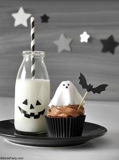 Halloween Chocolate Cupcakes with Fondant Ghost Toppers - quick and easy homemade recipe that is also delicious to make with the kids at home! by BirdsParty.com @birdsparty #halloweencupcakes #halloweenrecipe #halloweendessert #halloween #ghostcupcakes #fondantghost #halloweendessert #halloweenfood Halloween Chocolate, Halloween Desserts, Halloween Cupcakes, Halloween Party, Ghost Cupcakes, Fondant Cupcakes, Chocolate Frosting, Chocolate Cupcakes, Frosting Recipes