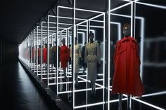 The Musée des Arts Décoratifs in Paris has unveiled a monumental retrospective to celebrate the anniversary of the creation of the house of Dior. Bühnen Design, Display Design, Booth Design, Store Design, Yves Saint Laurent, Exposition Interactive, Vitrine Design, Christian Dior Designer, Exposition Photo