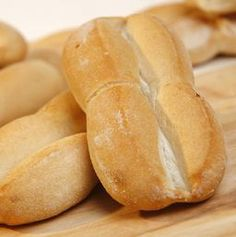 Pan marraqueta is a popular roll with a characteristic shape in Chile, which has very similar taste and texture to French bread. Chilean Recipes, Chilean Food, Chilean Bread Recipe, Bread Recipes, Cooking Recipes, Sandwich Recipes, Latin American Food, Baked Rolls, Pan Bread