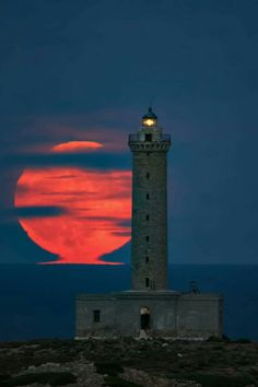 The Lighthouse of Ermoupolis illuminated and aligned with a huge red full moonrise, in Syros island, Cyclades, Greece Beautiful Moon, Beautiful Places, Whatsapp Wallpapers Hd, Beauty Dish, Cool Pictures, Beautiful Pictures, Lighthouse Pictures, Lighthouse Painting, Photos Originales