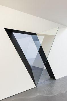 Le travail de l'artiste Sarah Oppenheimer repose sur la déstructuration de pièces vides et blanches par des incisions murales ou des installations de miroirs. Elle crée des trompe-l'oeil qui changent notre perception des murs et de leurs ouvertures en donnant l'impression d'être dans un labyrinthe avec des fenêtres donnant sur un espace vide ou infini.
