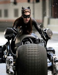 BTS shot of Anne Hathaway on the Batpod as Catwoman The Dark Knight Trilogy, The Dark Knight Rises, Batman The Dark Knight, Marvel Dc, Anne Jacqueline Hathaway, Dark Knight Rises Catwoman, Anne Hathaway Catwoman, Catwoman Selina Kyle, Batman And Catwoman