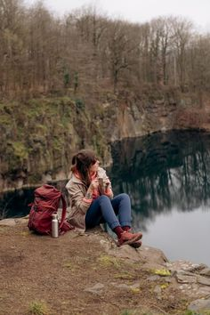 Hiking-Outfits für Alltagsabenteuer und die Outdoor-Community von Outside Stories! | New Moon Club Wander Outfits, Surf Poncho, Road Trip Adventure, New Moon, Fall Outfits, Girls, Outdoor, Couple Photos, Beautiful