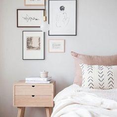 Composição de quadros + tons claro = quarto lindo e aconchegante! Uma boa noite de descanso pra vocês fofinhos!!  #ahlaemcasa
