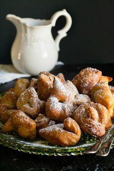 """Η κουζίνα του Πόντου είναι μια ξεχωριστή, ιδιαίτερη κουζίνα εξ"""" ολοκλήρου βασισμένη στον τρόπο ζωής, στα ήθη τα έθιμα και την προκοπή της νοικοκυράς να αναδεικνύει ότι έφτανε στα χέρια της!    Ίσως είναι η κουζίνα με Sweet Buns, Sweet Pie, Cheesecake Brownies, Canning Recipes, Greek Recipes, Easy Cooking, Pretzel Bites, Finger Foods, Food To Make"""