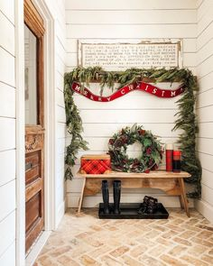 best christmas decoration ideas for entryways to look beautiful page 25 Real Christmas Tree, Cozy Christmas, Christmas Wreaths, Christmas Decorations, Cottage Christmas, Christmas Things, Country Christmas, Holiday Decorating, Beautiful Christmas