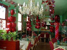 decoracion de amor y amistad vinotinto rosa y blnaco