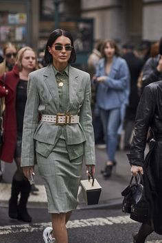 Attendees at New York Fashion Week Fall 2019 - Street Fashion Fashion Outfits, Womens Fashion, Fashion Trends, Fashion Images, Fashion Boots, Trendy Fall Outfits, Straight Cut Jeans, Street Style Trends, Professional Outfits