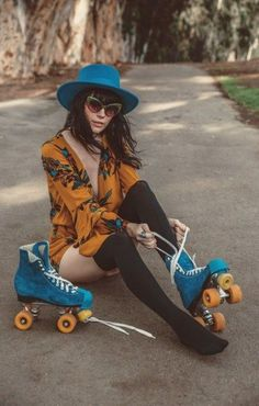 Holiday fashion photoshoot 27 new ideas Retro Fashion, Trendy Fashion, Fashion Trends, Folk Fashion, Fashion Ideas, Skate Fashion, Gypsy Fashion, Roller Disco, Skate Girl