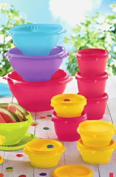 From innovative kitchen products to a flexible and fun business opportunity. Join us, host a party, shop online, find great recipes & more. Tupperware Vintage, Snack Station, Tupperware Consultant, Traditional Bowls, Oldies But Goodies, Cool Gadgets, Bowl Set, Cool Kitchens, Dinnerware
