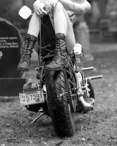 Risultati immagini per chicas y motos custom Moto Vespa, Scooter Moto, Lady Biker, Biker Girl, Girl Motorcycle, Boho Chick, Hot Bikes, Biker Chick, Custom Bikes