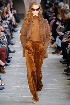 The complete Max Mara Fall 2017 Ready-to-Wear fashion show now on Vogue Runway. 70s Fashion, Colorful Fashion, Fashion Week, Fashion 2017, Women's Fashion Dresses, Winter Fashion, Fashion Show, Petite Fashion, Street Fashion