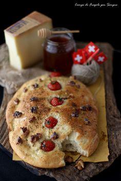 Focaccia al miele e latticello con formaggio Le Gruyère, noci e pomodorini