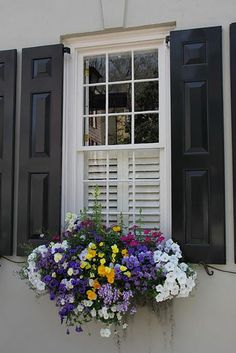On pourra bientôt planter nos fleurs dehors pour qu'elles enjolivent nos balcons. Voici 10inspirations pour une jardinière réussie.