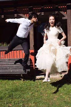 Shu Qi (舒淇) and Feng De Lun (冯德伦) announced their wedding last Saturday. We share with your fun and casual wedding photos taken in Prague. Pre Wedding Photoshoot, Wedding Pics, Wedding Shoot, Wedding Bride, Wedding Gowns, Dream Wedding, Boat Wedding, Wedding Hair, Perfect Wedding