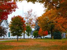 4 peaceful Massachusetts town commons to enjoy early to mid- October fall foliage: http://visitingnewengland.com/blog-cheap-travel/?p=7134 #fallfoliage