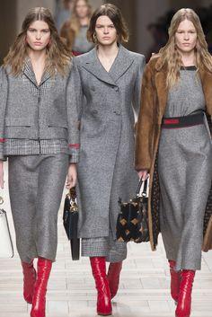 Fantastico Fendi, Fall 2017 Ready-to-Wear. Fashion 2020, Paris Fashion, Winter Fashion, Old Dresses, Nice Dresses, Look Chic, Work Attire, Clothing Items, Fashion Details