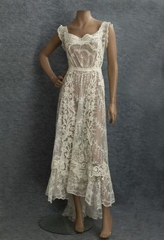 1910 Mixed Lace Dress delicate embroidered net lace with bold accents of textured Quipure flowers. Via Vintage Textiles. Edwardian Clothing, Edwardian Fashion, Vintage Fashion, Vintage Clothing, Luxury Clothing, Edwardian Dress, Edwardian Era, Vestidos Vintage, Vintage Gowns