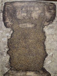 Jean Dubuffet fue un artista que cuestionó cuáles eran los paradigmas de lo bello y lo feo; observó y copió el modo de ver de los niños y los locos, y creó el art brut (arte bruto), un movimiento cuya influencia es innegable en el arte actual y desde la segunda mitad del siglo XX. E artista vivió durante algún tiempo obsesionado por las barbas, tanto que creó una serie con ese nombre: 'Beards'. En la imagen, 'Combat beard' (1950) Art Brut, Stone, Outdoor Decor, Home Decor, Beards, Artists, Art, Homemade Home Decor, Rocks