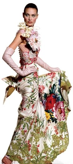 Photos: Blooms in Vogue – Vogue Shalom Harlow enhances the drama of a Christian Lacroix dress. Photographed by Irving Penn, Vogue, April 1995 Irving Penn, Vogue Photo, Vogue Us, Steven Meisel, Christian Lacroix, Vogue Paris, Fashion Models, High Fashion, Crazy Fashion