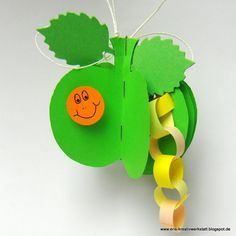 Die kleine #Raupe #Nimmersatt frisst sich durch einen #Apfel   http://eris-kreativwerkstatt.blogspot.de/2015/11/die-kleine-raupe-nimmersatt-frisst-sich.html  #bastelnmitkindern #herbst #basteln