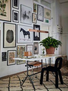 Un gallery wall en el rincón de trabajo. Interesante combinación de sillas de diferentes épocas y estilos.