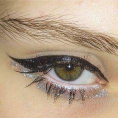 How to Apply Eyeliner to Accentuate Your Eyes Makeup Goals, Makeup Inspo, Makeup Inspiration, Makeup Tips, Makeup Ideas, Eye Makeup, Makeup Art, Beauty Makeup, Makeup Salon