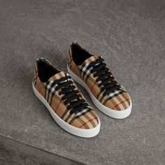Vintage check sneakers lined with padded leather. Burberry Sneakers, Leather Sneakers, Shoes Sneakers, Sneakers Women, Shoes Women, Women's Shoes, Sneakers Fashion, Fashion Shoes, Motif Vintage