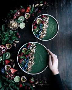"Gefällt 10.2 Tsd. Mal, 233 Kommentare - Ashley Alexander (@gatherandfeast) auf Instagram: ""a super green smoothie bowl to kick off the new year! recipe now live on the G&F site, ready for…"""