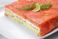 Delicioso pastel de salmón, pan de molde y mayonesa Ybarra, con lechuga, tomate, surimi...perfecto para compartir en familia o para una celebración. Encuentr...