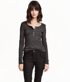 CONSCIOUS. Fitted top in organic cotton jersey with a button placket, decorative scalloped neckline, and long sleeves.