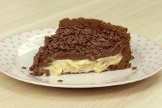 Receita super fácil de torta com massa de biscoito de chocolate e recheio duplo. trufa de limão bem azedinha e brigadeiro de chocolate.
